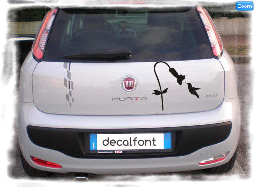 L'effetto dell'adesivo fiore-colibri-adesivo su una Fiat Punto