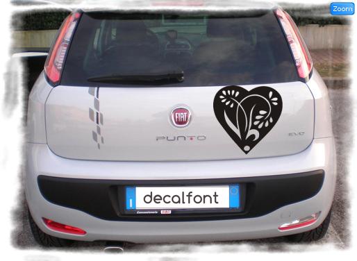 L'effetto dell'adesivo fiore-cuore-vetrofania su una Fiat Punto